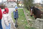Přátelského koně v zahradě v sousedství kostela pohladil každý z kolemjdoucích. Vynadívat se nemohli také Vojta s Danuškou.