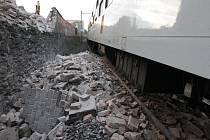 Nehodu vlaků způsobila suť spadlá na trati