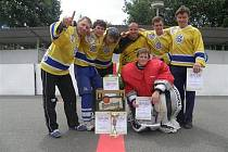 Otevřený hokejbalový turnaj vyhrál tým Náhlá směs.
