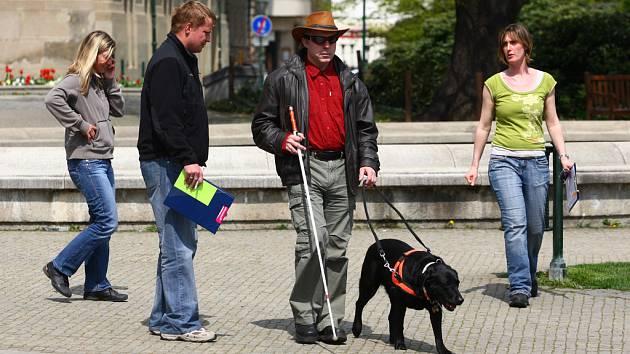 Starý mobil nezahazujte, ještě může posloužit slabozrakým a nevidomým