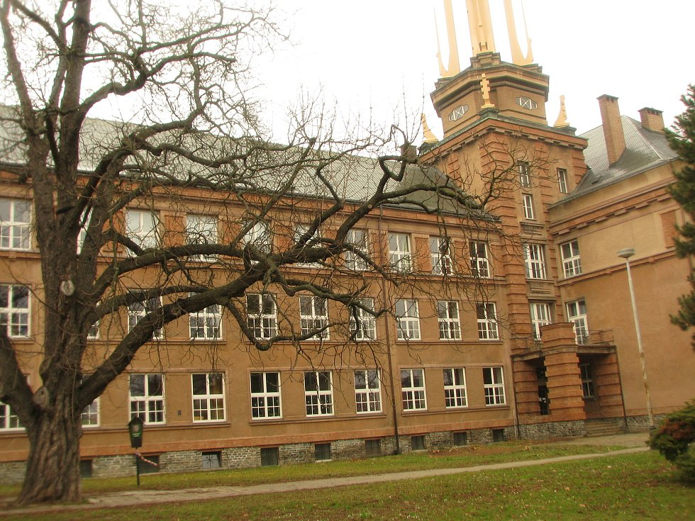 Prostor před kolínským gymnáziem.