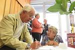 Spisovatel v důchodu Josef Blecha podepisoval své knihy v Městském společenském domě v Kolíně.