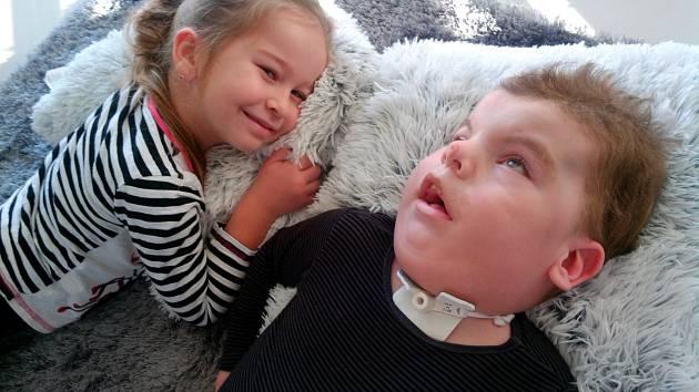 Malý Maximek se svoji sestřičkou Amálkou