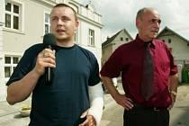 O bezpečnostní situaci v Pečkách se diskutovalo také při středečním Dnu s Deníkem, který se odehrál na Masarykově náměstí. K tématu se vyjádřil jak vedoucí obvodního oddělení policie Miloslav Čihák (vlevo), tak starosta města Milan Urban (vpravo).