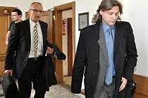 Bývalý kolínský místostarosta Roman Pekárek (vpravo) u krajského soudu.