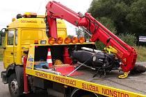 Motorku po nehodě odváží odtahová služba