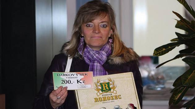 Vítězka Jana Pachlová dostala karton piv, který do soutěže věnoval pivovar Rohozec a také dárkovou poukázku v hodnotě 200,-Kč do kolínské pizzerie Týna.