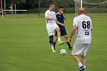 Fotbalový tým Real Top Praha sehrál na hřišti v Červených Pečkách přátelské utkání s domácí starou gardou u příležitosti stého výročí založení fotbalu v Červených Pečkách
