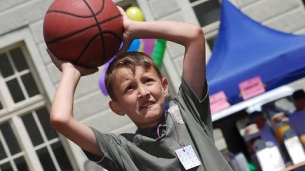 V Českém Brodě děti slavily na zahradě gymnázia svůj svátek.