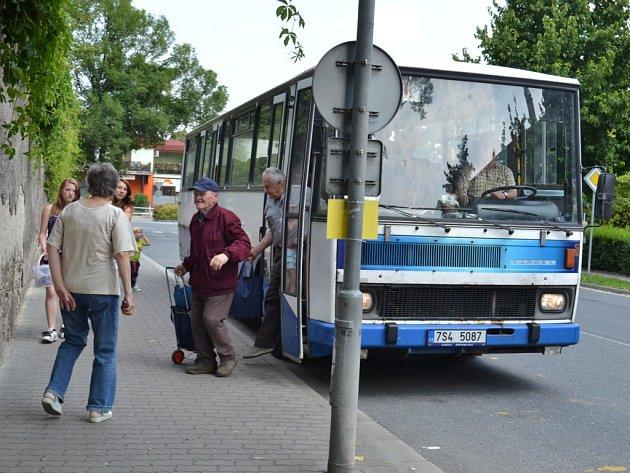 Místo vlaků jezdí na trati z Peček do Kouřimi autobusy
