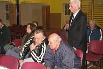 Občané na jednom ze zasedání zastupitelstva městyse Škvorec