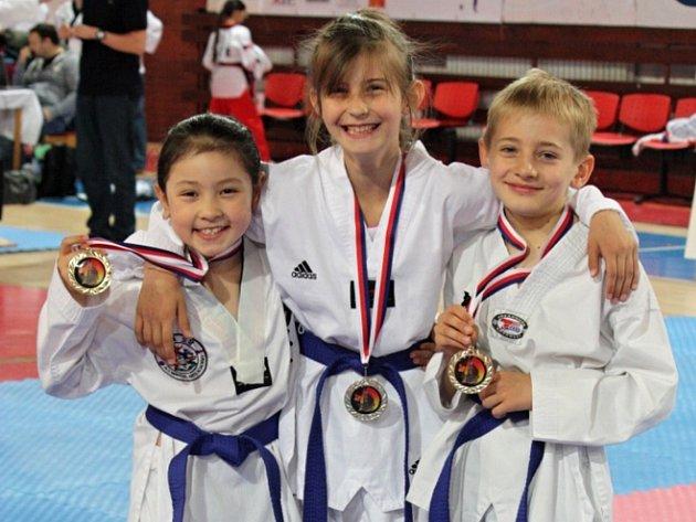 Vítězný soutěžní tým trojic  (zleva): Hana Lee, Kateřina Svítilová a Šimon Hájek