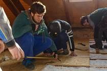 Šikovní kluci z kolínské stavební školy postavili podlahu pro tábornický spolek Oregon.
