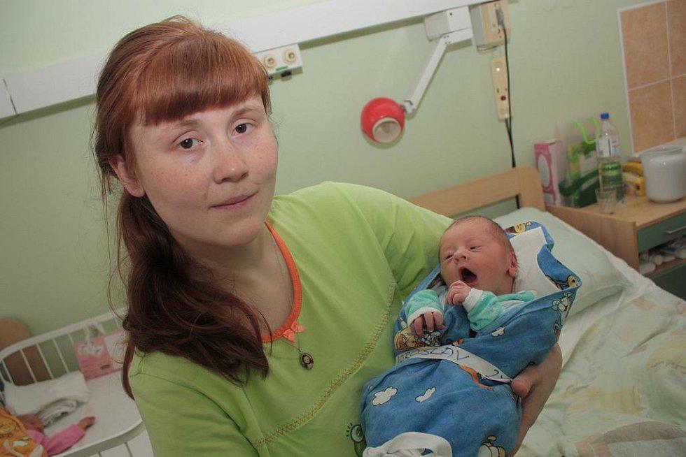Do Peček si maminka Veronika a tatínek Jaroslav odvezou prvorozeného syna Jaroslava Sokola. Ten se v kolínské porodnici narodil 16. března 2011. Po porodu měřil 47 centimetrů a vážil 2780 gramů.
