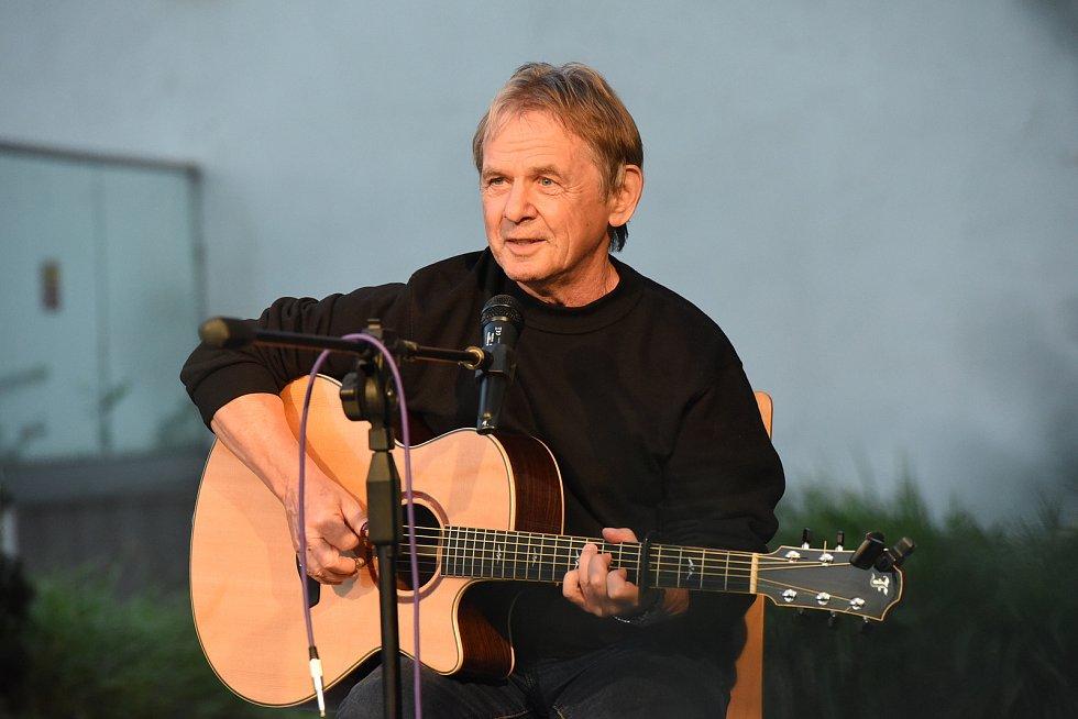 Vojta Kiďák Tomáško zahrál na terasách za kolínským společenským domem.