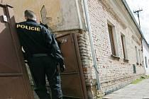 Před domem zadržených olašských Romů v Pečkách