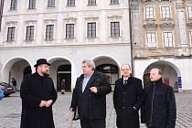 Ředitel muzea Vladimír Rišlink provedl zástupce kraje po Veikertovském domě na Karlově náměstí v Kolíně.