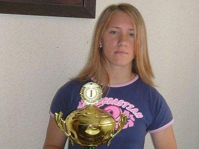 Kateřina Mrázová s pohárem pro nejlepší hokejistku roku. Kolikrát ho ve své kariéře asi pozvedne? Vzhledem k jejímu věku a herním schopnostem určitě mnohokrát.