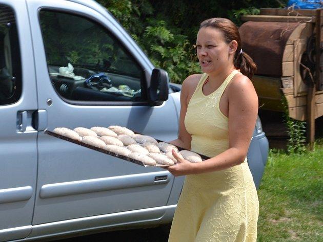 Pečení chleba přilákalo spousty lidí.