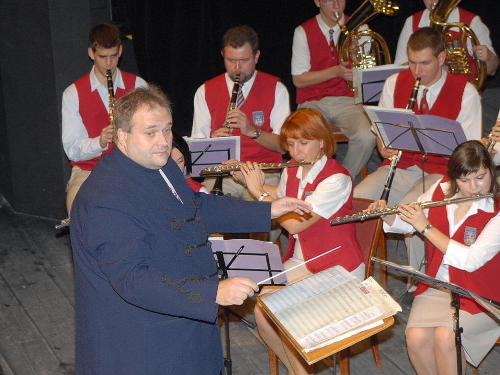 Z koncertu Městské hudby Františka Kmocha v kolínském divadle v úterý 4. prosince 2007.