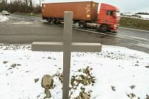 Pietní místo po tragické nehodě na silnici I/12 u odbočky na Hřiby, kde v listopadu roku 2001 zemřel Jaroslav Čeřovský.