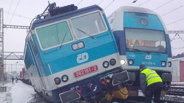 Srážka rychlíku s osobním vlakem v Poříčanech.
