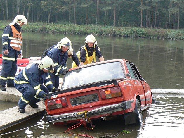 Námětové cvičení záchranářů ve Velkém Oseku.