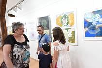 Z vernisáže výstavy děl žáků výtvarného oboru Základní umělecké školy Františka Kmocha vKolíně v galerii V Zahradě.