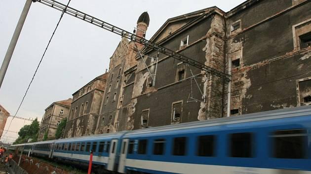 Fasádu na bývalém pivovaru a zámku směrem od trati může město nechat opravit pouze ve chvíli, kdy troleje nejsou pod proudem.