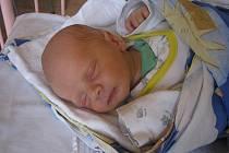 Terezka a Kristýnka se od pátku 30. dubna seznamují s novým bráškou Ondrou Mlýnkem. Ten se narodil v 19.42 s mírou 45 cm a váhou 2640 g. Rodiče Zděnek a Šárka si syna odvezou do Nové Vsi u Kolína.