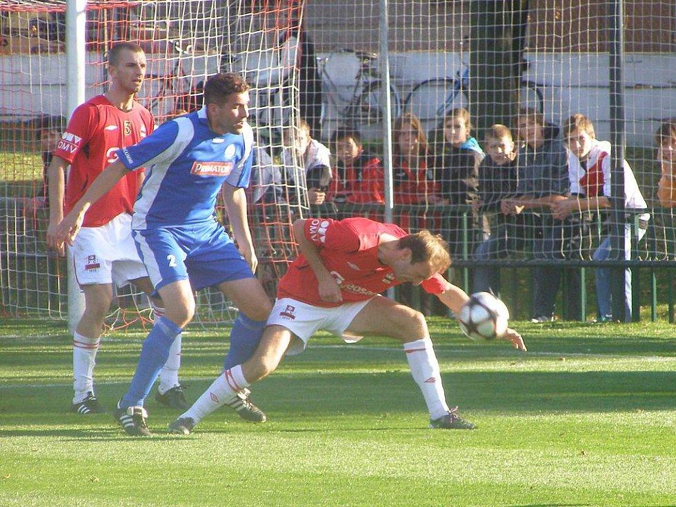 Z divizního fotbalového utkání Velim - Náchod (2:2)