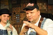 Slovenský kytarista Luboš Beňa a ostravský zpěvák a hráč na foukací harmoniky Matěj Ptascek bavili v pondělí večer ve Studiové scéně kolínského Městského divadla fanoušky bluesové muziky.