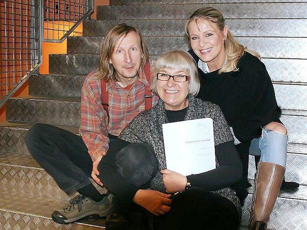 Nápověda a spisovatelka Irena Fuchsová s herci Vladimírem Javorským a Chantal Poullain v Činoherním klubu Praha.