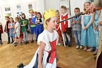 Školáci ze třídy 1. A kolínské 7. základní školy v doprovodu učitelky Zuzany Kesnerové i ředitele školy Petra Strejčka se v budově kolínské Městské knihovny stali čtenáři.