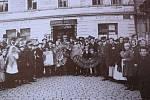 28. října 1918 se kolínská mládež i občané rozhodli odstranit státní znak Rakousko-uherské nadvlády - orlici. S tou následně demonstrovali před kolínským hotelem Grand na Karlově náměstí.
