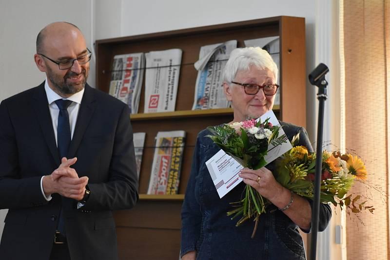 Knihovnice v Polepech Marie Lelková.