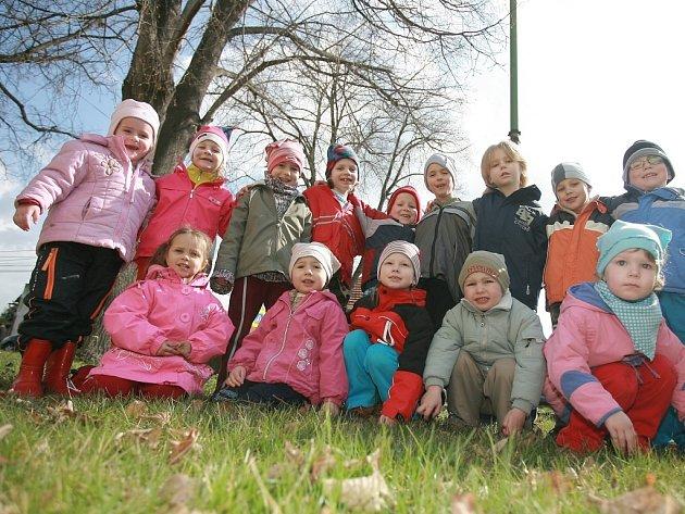 Děti z mateřské školky ve Vrbové Lhotě vyrazily za jarním sluníčkem.