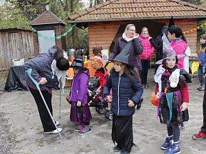 Bylanské Dušičkobraní zahájili na místním rybníku