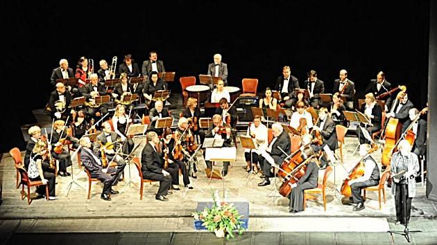 Tentokrát celkem slušně zaplněné hlediště kolínského Městského divadla sledovalo v úterý večer Jarní koncert Kolínské filharmonie. 2.6. 2009
