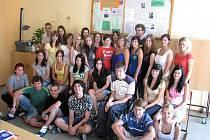 Vítězná třída  2.B Obchodní akademie Kolín s Filipem Veselým (sedícím  třetí zprava ve druhé řadě)
