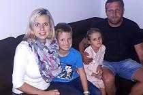 Lukáš Kmoch se svými nejmilejšími – zleva manželka Iva, syn Jiřík a dcera Karolínka.