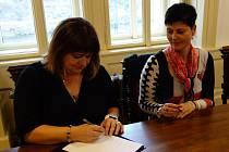 Kolínská radní Iveta Mikšíková (vpravo) při podepsání koaliční smlouvy v říjnu roku 2018.