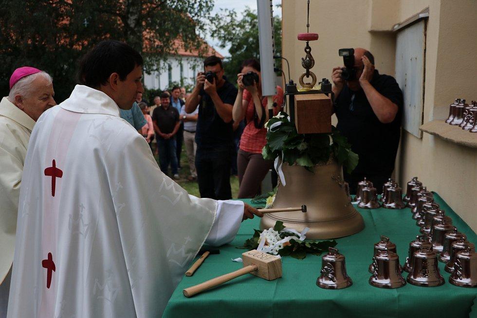 Ve Lstiboři světili nový zvon.