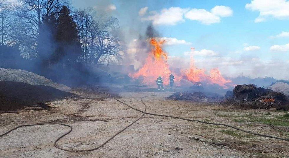 Požár klestí a dřevěného odpadu v obci Přistoupim.