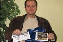 Za Dagmar Mujgošovou vyzvedl dárkový sázkový certifikát Chance v hodnotě 100 korun a poukaz na pohoštění do restaurace Stoletá v hodnotě 300 korun Luboš Adámek.