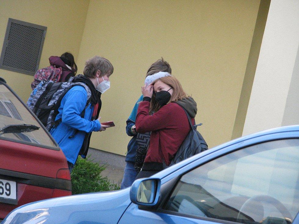 Z návratu žáků druhého stupně do 5. základní školy Mnichovická v Kolíně po rozvolnění koronavirových opatření.