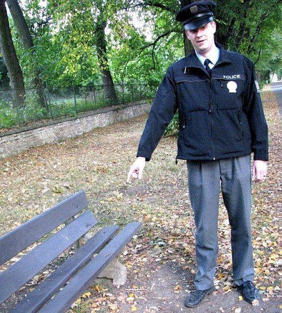 Na této lavičce objevil Miroslav Beneš (na snímku) s kolegou Martinem Koulou bezvládného mladíka.