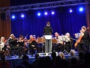 Rodačka zKazachstánu Larissa Sakvina se vúterý večer poprvé představila kolínské veřejnosti vroli nové dirigentky Kolínské filharmonie.