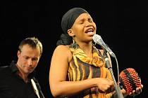 Černošská zpěvačka Tutu Puoane, rodačka z Jižní Afriky, se představila v pondělí večer v kolínském Městském divadle a to na jeho jevišti, na které se pod názvem Aréna vejdou diváci i kapela.