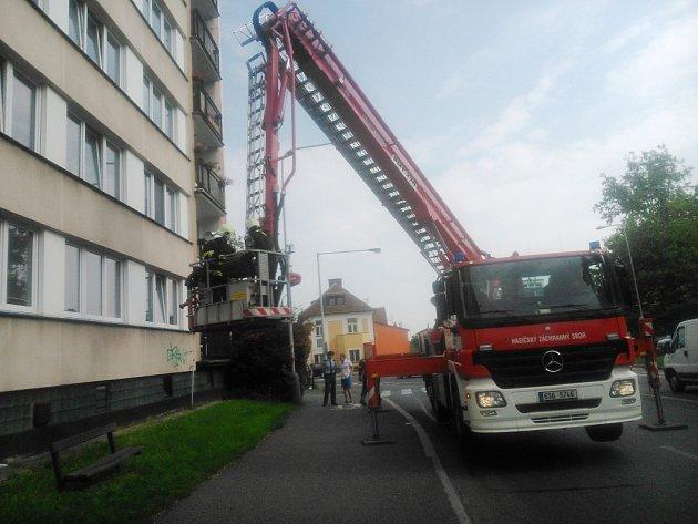 Do bytu se hasiči dostávali pomocí zvedací plošiny.